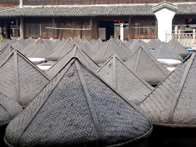 Cubierta formada sombrero de bambú del altar de la salsa fotos de archivo