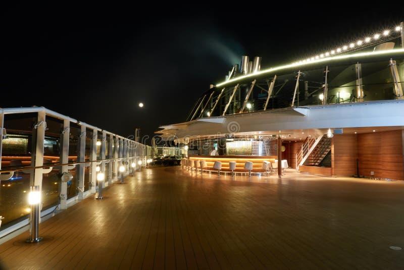 Cubierta hermosa de un barco de cruceros en la noche sin la gente fotografía de archivo libre de regalías