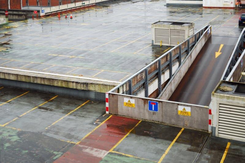 Cubierta lluviosa de la azotea del garage de estacionamiento foto de archivo