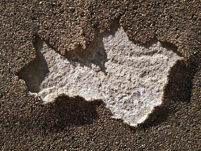 Cubierta rasgada de paredes y de caminos de piedras pegadas el uso de los nuevos materiales para la construcción y la reparación, fotos de archivo libres de regalías