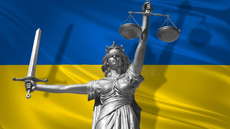 Cubierta sobre ley Estatua de dios de la justicia Themis con la bandera del fondo de Ucrania Estatua original de la justicia Femi ilustración del vector