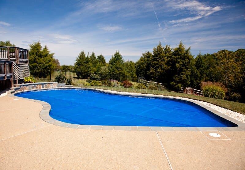 Cubierta solar azul de la piscina foto de archivo