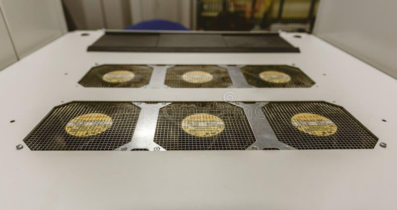 Cubierta superior con los refrigeradores del servidor de red en sitio del centro de datos foto de archivo libre de regalías
