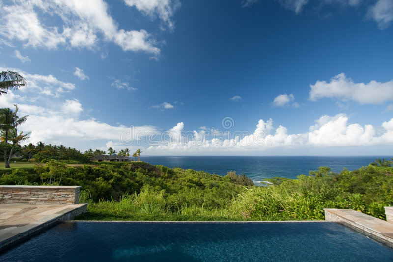 Cubierta y piscina hawaianas impresionantes de la opinión de océano fotos de archivo