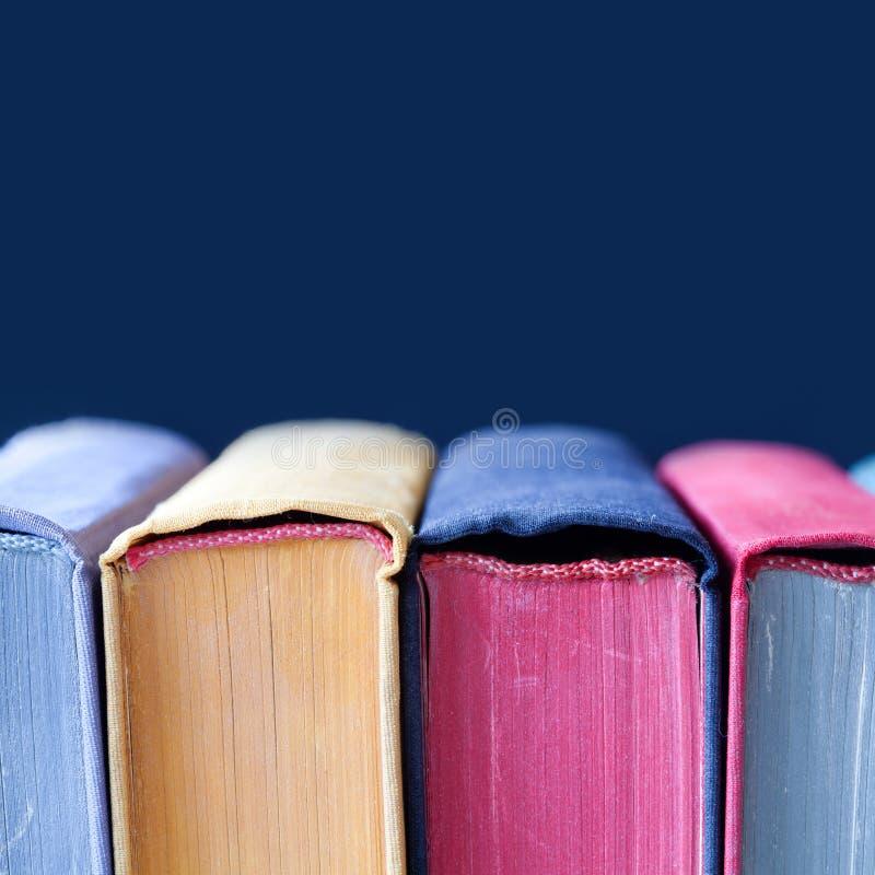 Cubiertas De Libro Coloridas Del Vintage Con Las Espinas Dorsales Y ...