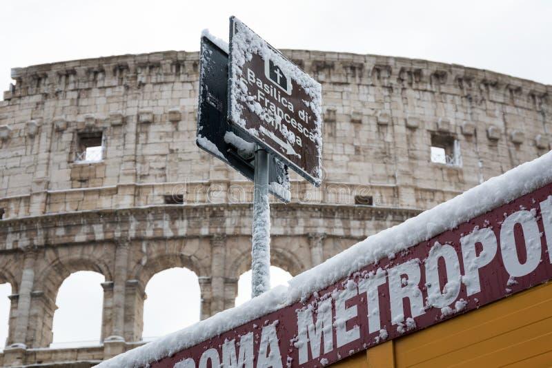 Cubiertas de nieve las calles de Roma, Italia El detalle de una muestra adentro foto de archivo libre de regalías