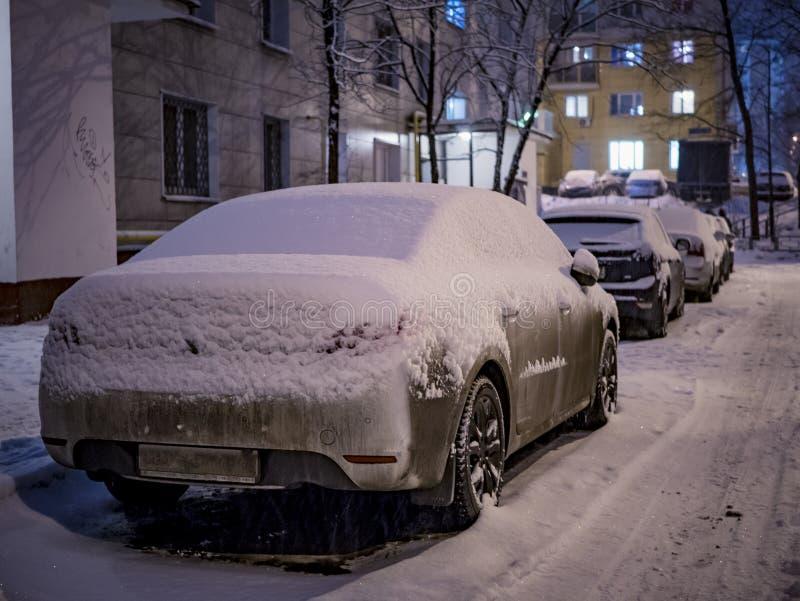 Cubierto con el coche parqueado nieve en invierno imagen de archivo libre de regalías