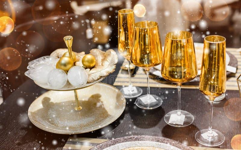 Cubierto con las decoraciones de la Navidad del oro, bokeh, copos de nieve de la tabla de la Navidad foto de archivo