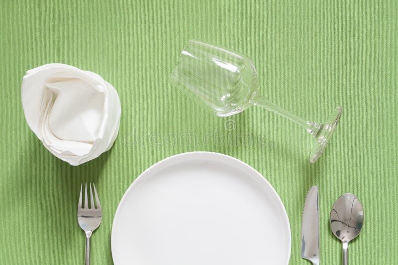 Cubierto de la cena una placa negra con la bifurcación y la cuchara de plata encendido fotografía de archivo libre de regalías