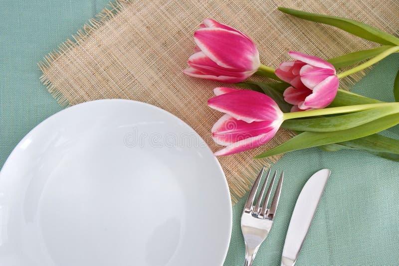 Cubierto de la tabla con las flores fotos de archivo