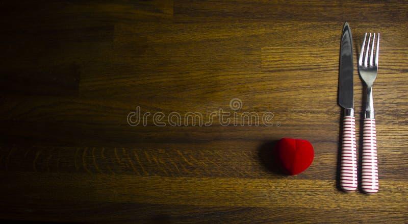 Cubierto de la tabla de día de San Valentín con la actual tabla de madera roja con el espacio de la copia fotos de archivo