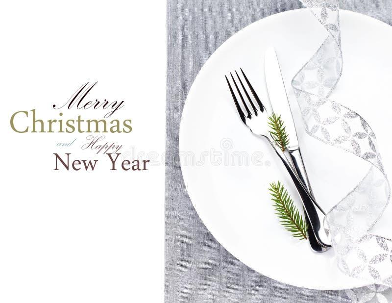 Cubierto de la tabla de la Navidad con las decoraciones de la Navidad en whi imagenes de archivo