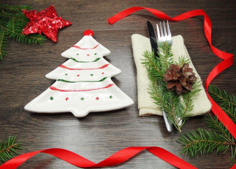 Cubierto de la tabla de la Navidad con las ramas y la decoración del pino fotografía de archivo libre de regalías