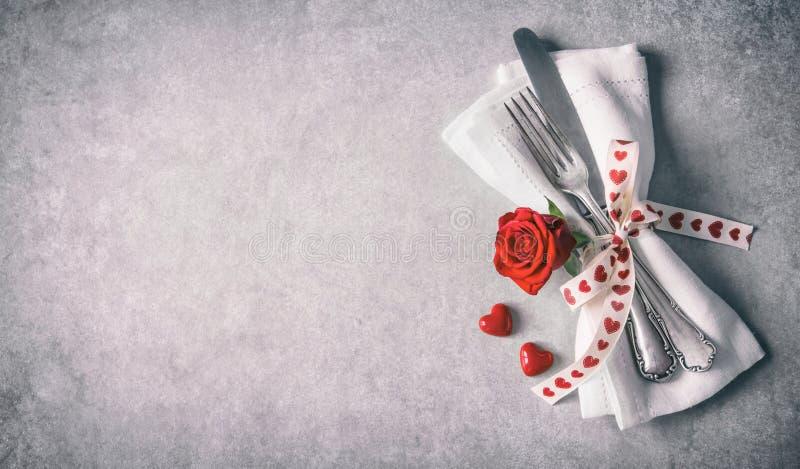 Cubierto de la tabla del día de tarjetas del día de San Valentín foto de archivo