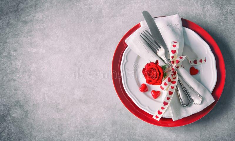 Cubierto de la tabla del día de tarjetas del día de San Valentín imagenes de archivo