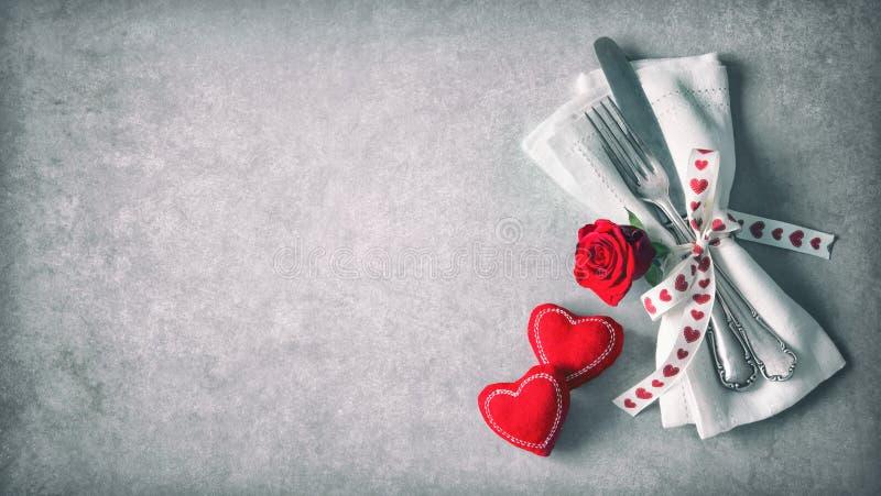 Cubierto de la tabla del día de tarjetas del día de San Valentín imagen de archivo libre de regalías