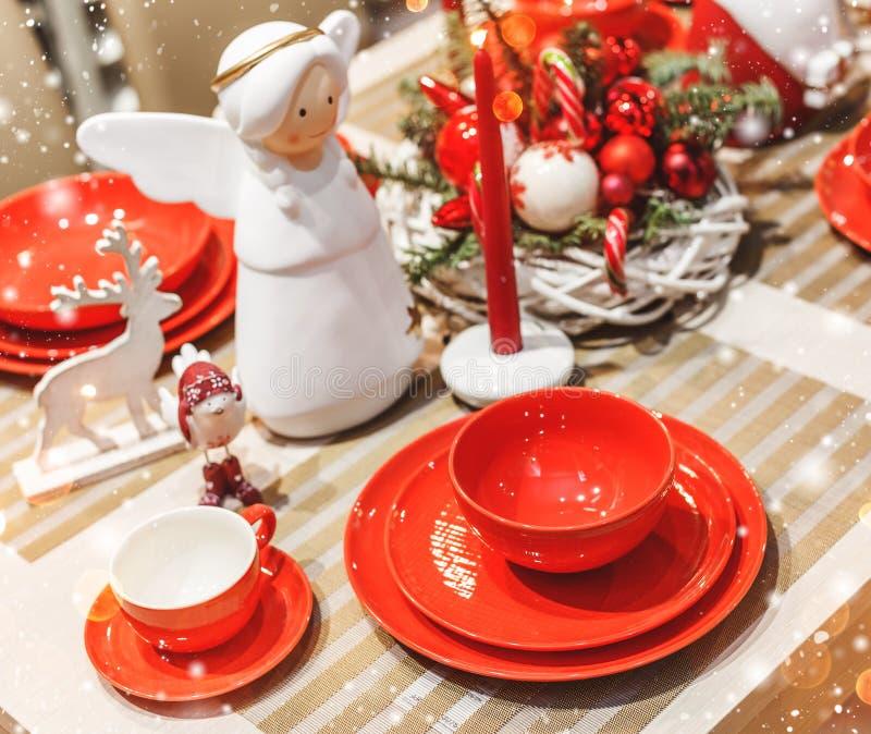 Cubierto de la tabla de la Navidad con la guirnalda de la Navidad, ramas del abeto, conos, decoraciones con el bokeh imágenes de archivo libres de regalías