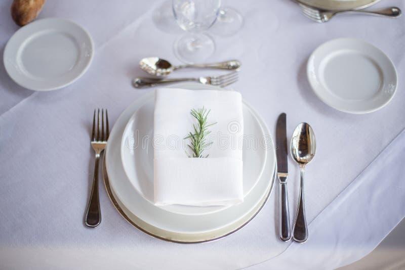 Cubierto elegante rústico en los tonos blancos imagenes de archivo