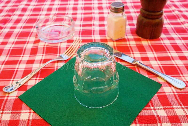 Cubierto en una tabla de un restaurante italiano de la calle imagenes de archivo