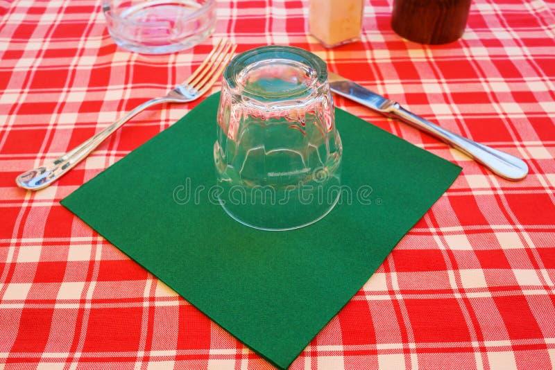Cubierto en una tabla de un restaurante italiano de la calle foto de archivo