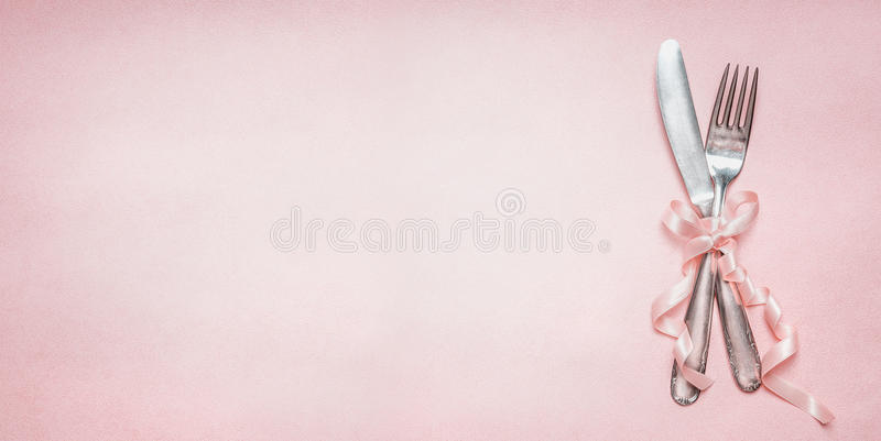 Cubierto festivo de la tabla con la decoración de la cinta en el fondo pálido rosado, visión superior, lugar para la bandera del  imágenes de archivo libres de regalías
