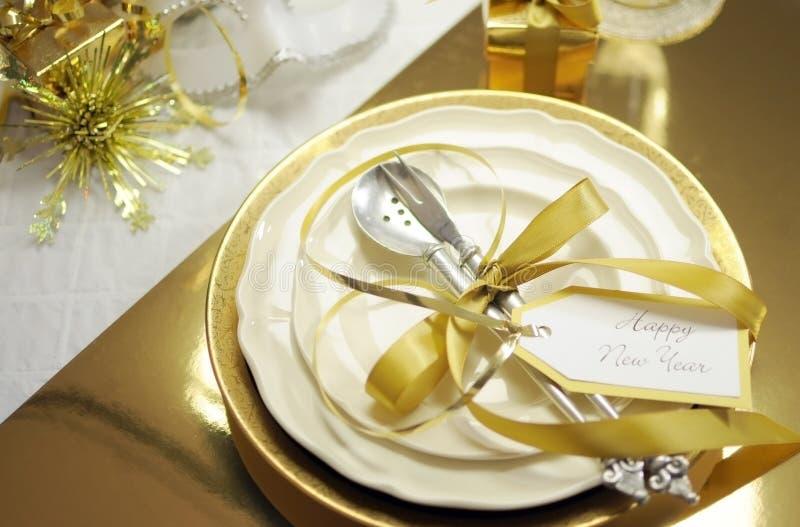 Cubierto fino elegante del blanco y de la mesa de comedor de la Feliz Año Nuevo del oro fotografía de archivo libre de regalías