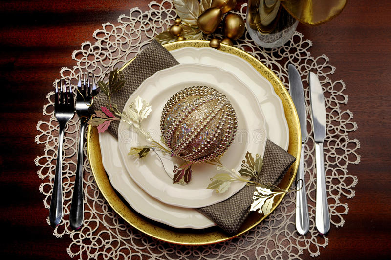 Cubierto formal de la tabla de cena de la Navidad metálica del tema del oro imagenes de archivo
