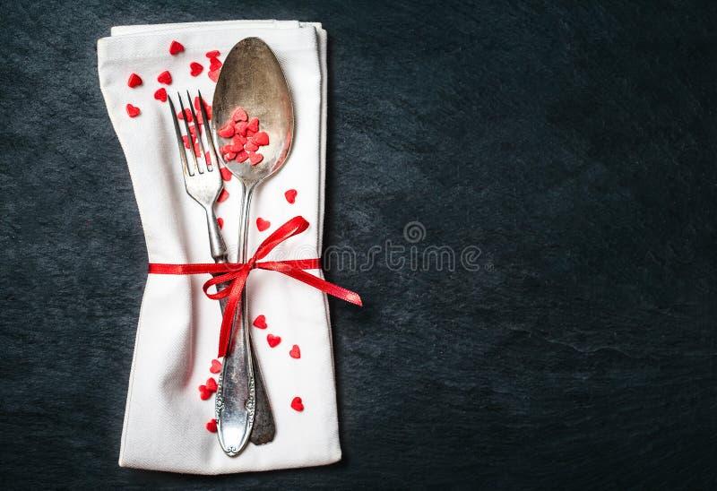 Cubierto hermoso de la tabla del día de tarjetas del día de San Valentín Backgrou de los días de fiesta foto de archivo libre de regalías