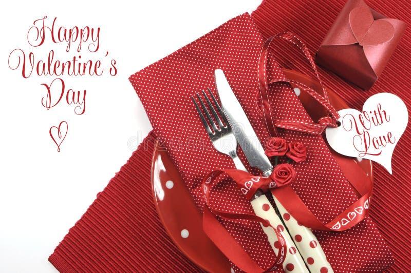 Cubierto rojo feliz de la mesa de comedor del tema del día de tarjetas del día de San Valentín fotos de archivo