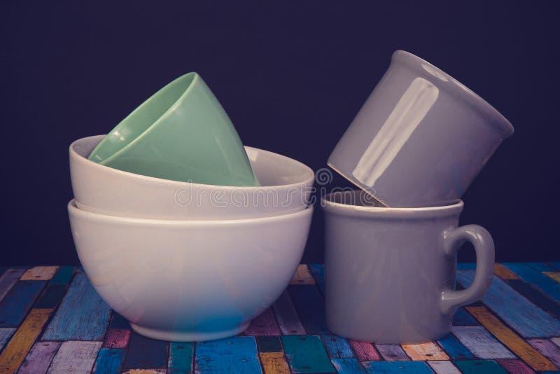 Cubiertos: cuencos y tazas de cerámica fotos de archivo libres de regalías