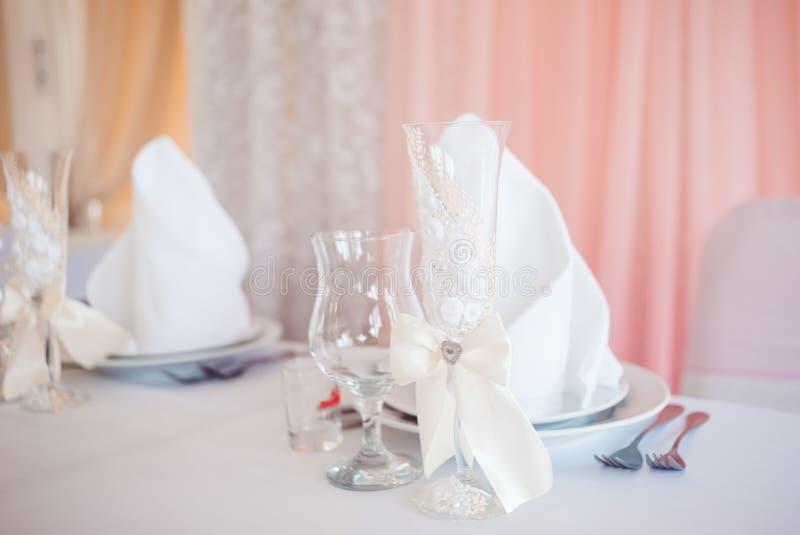 Cubiertos de la boda Disposición hermosa de la tabla para casarse pares fotos de archivo