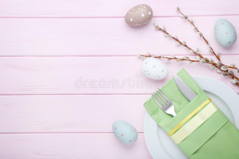 Cubiertos de la cocina con los huevos de Pascua imagenes de archivo