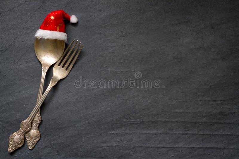 Cubiertos de la Navidad en el fondo de la comida del extracto de la tabla foto de archivo