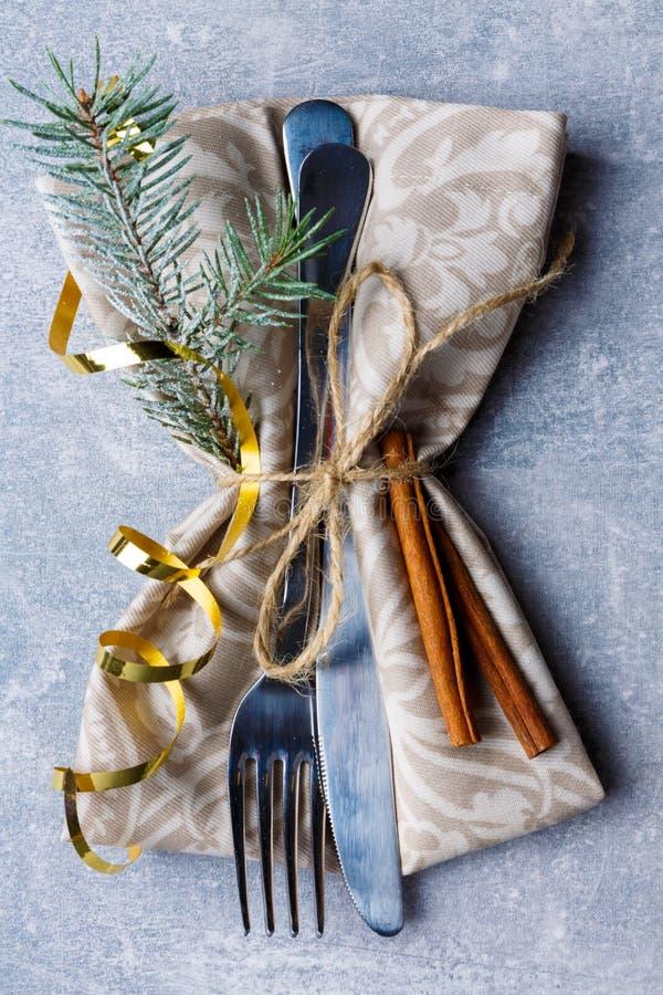 Cubiertos de la porción, adornados con los palillos de árbol de una rama y de canela Primer Visión desde arriba fotos de archivo