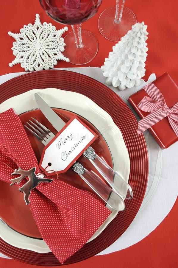 Cubiertos de la tabla de la Navidad en rojo y blanco foto de archivo