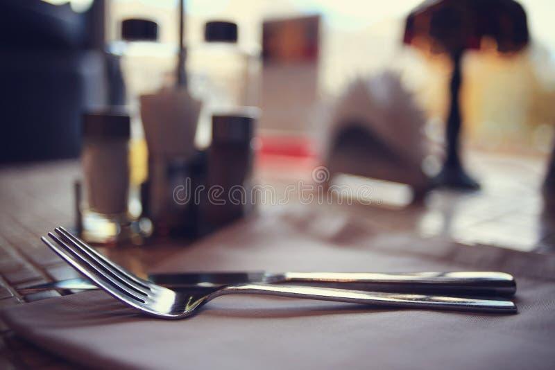 Cubiertos en la tabla en restaurante foto de archivo
