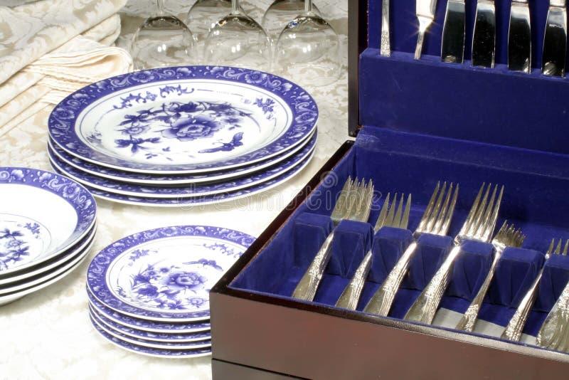 Cubiertos, platos y vidrios de vino fotografía de archivo libre de regalías