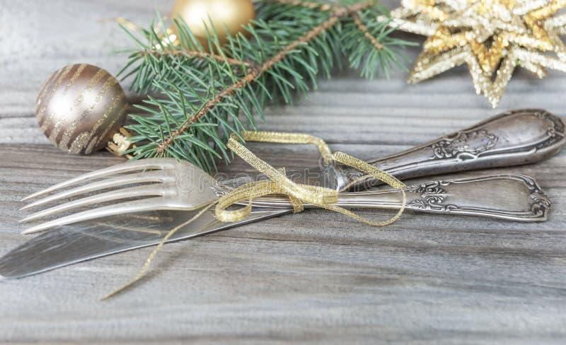 Cubiertos y decoraciones antiguos de la Navidad imagen de archivo