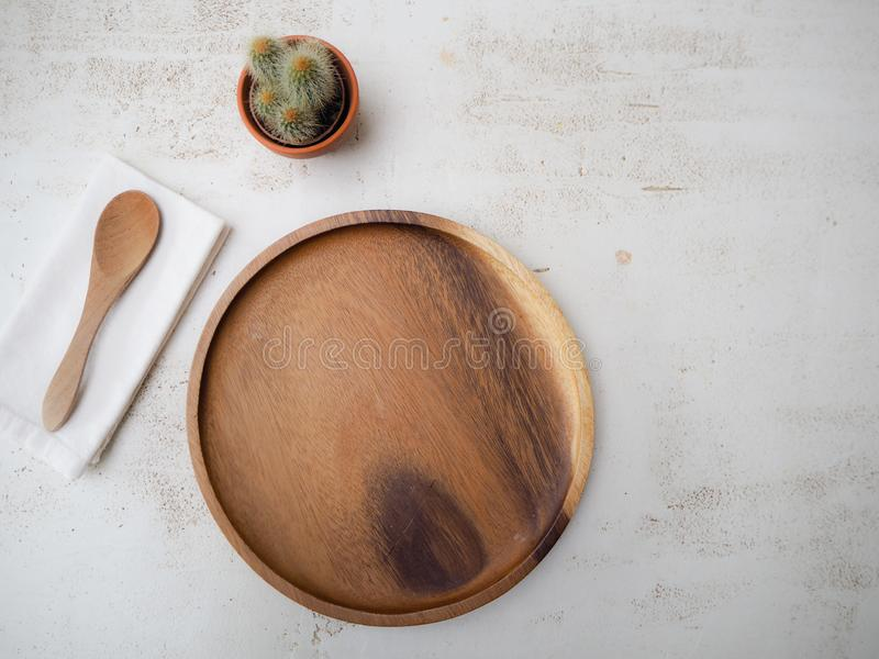 Cubiertos y placa de bambú amistosos libres y del eco plásticos en una sobremesa blanca imagen de archivo