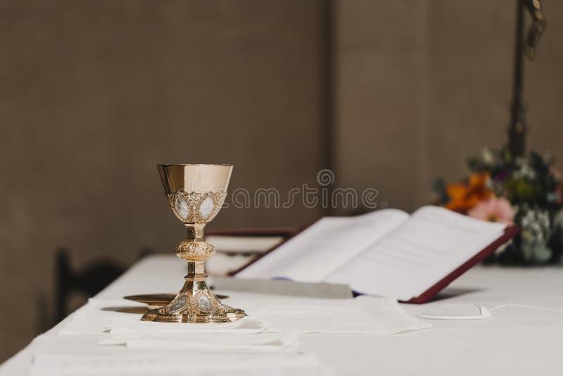 Cubilete de vino en la tabla durante una masa nupcial de la ceremonia que se casa Concepto de la religi?n imágenes de archivo libres de regalías