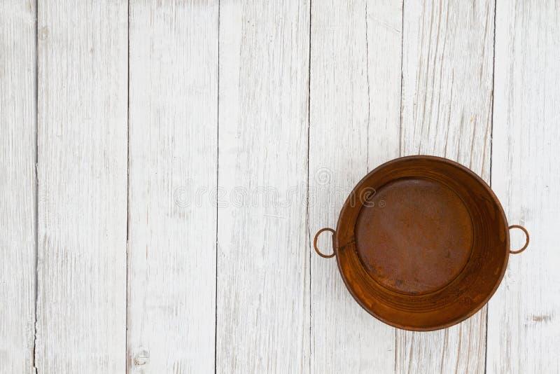 Cubo aherrumbrado de la lata en fondo texturizado lechada de cal resistido de madera foto de archivo libre de regalías