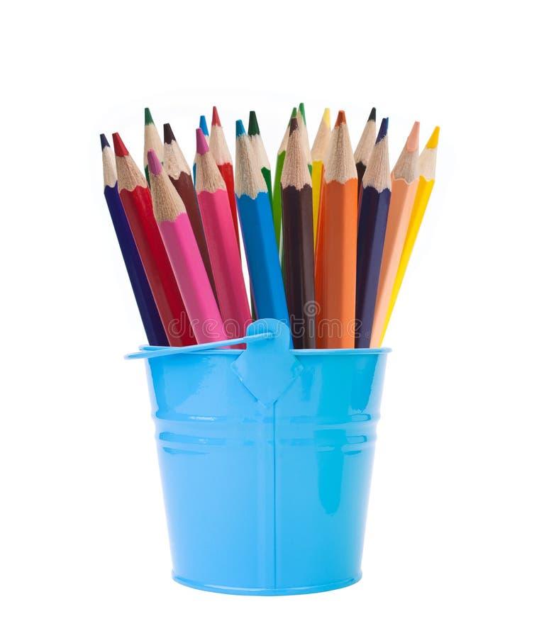 Cubo azul con los lápices del color imagen de archivo