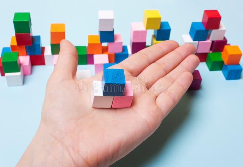 Cubo azul, do rosa e o branco à disposição Conceito do pensamento lógico, desenvolvimento imagem de stock royalty free