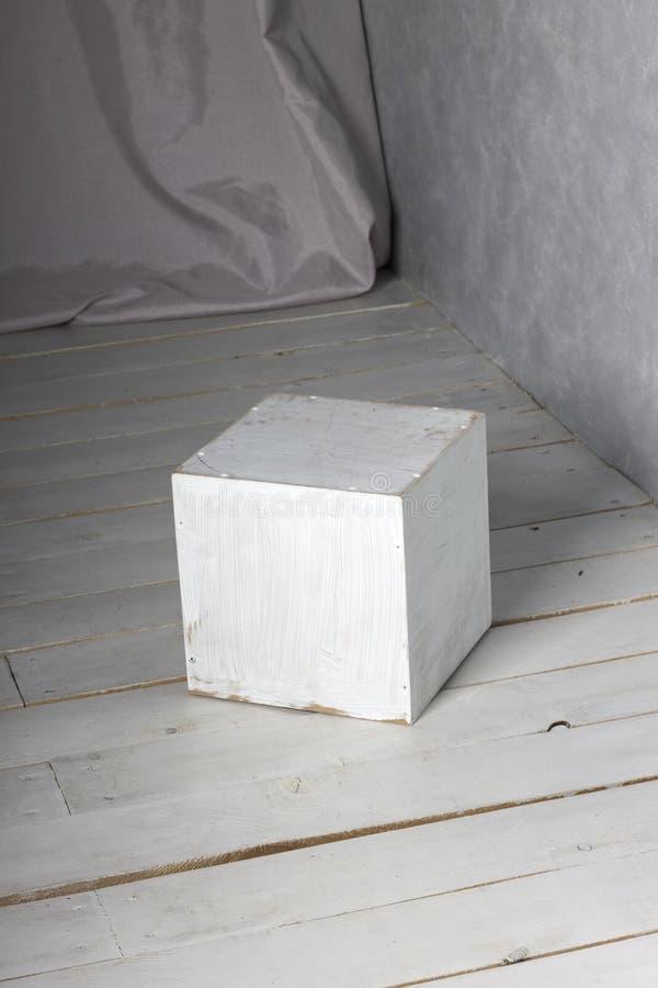 Cubo bianco sul pavimento fotografie stock