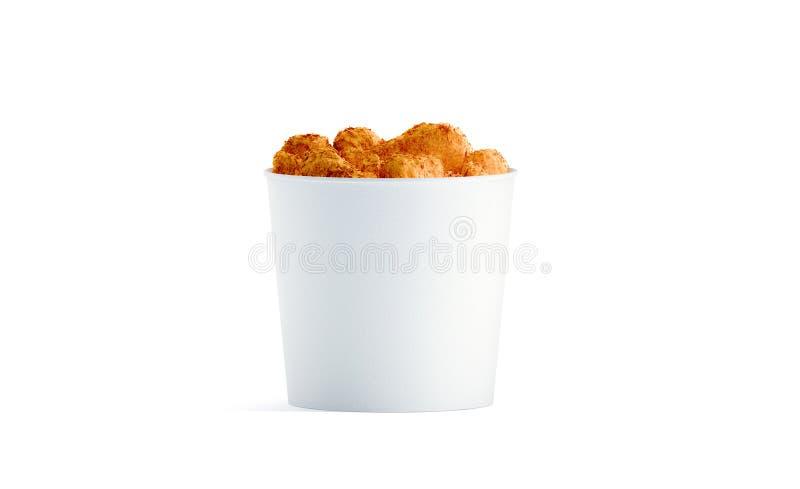 Cubo blanco en blanco de la comida con la maqueta de las alas de pollo aislada imagen de archivo