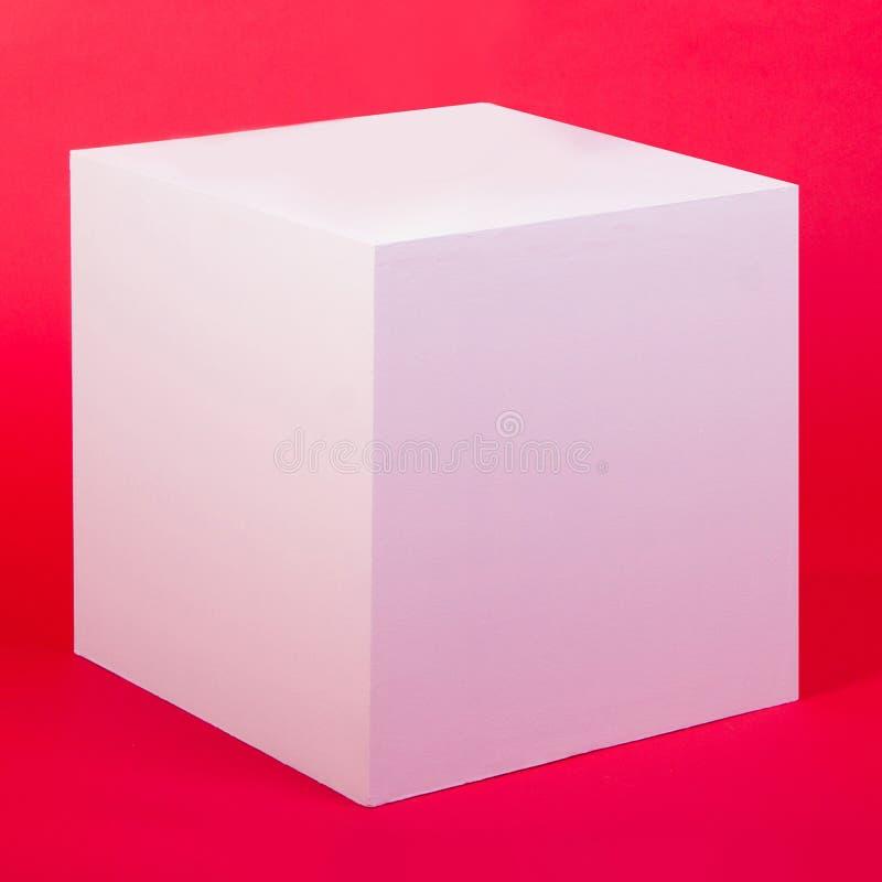 Cubo branco da foto no fundo vermelho ilustração do vetor