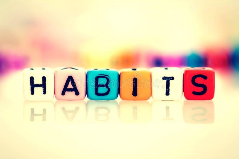 cubo colorido da palavra dos hábitos no fundo branco, cor do vintage imagem de stock royalty free