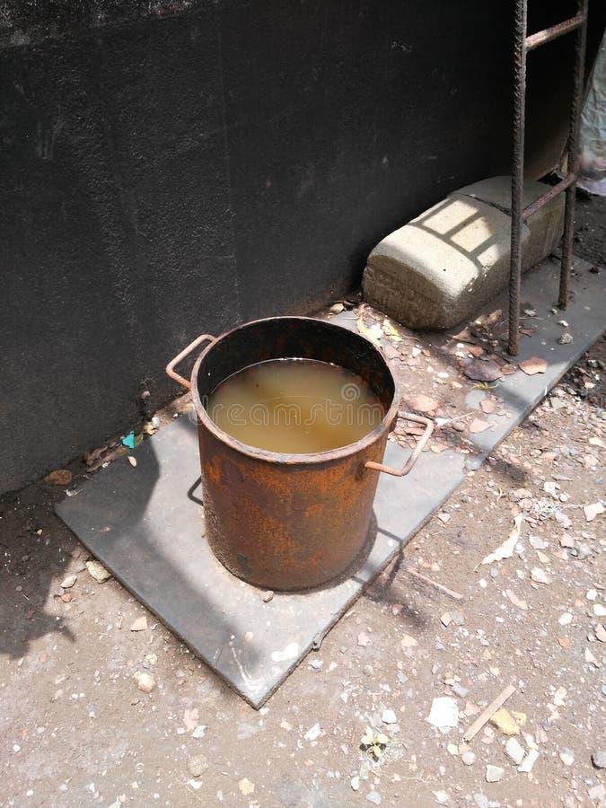 Cubo de agua sucio imágenes de archivo libres de regalías