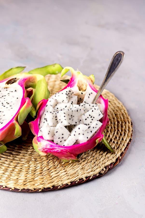 Cubo de Dragon Fruit Served por la mitad Dragon Fruit en la fruta tropical Pitaya de Straw Napkin Gray Background Tasty imagen de archivo libre de regalías
