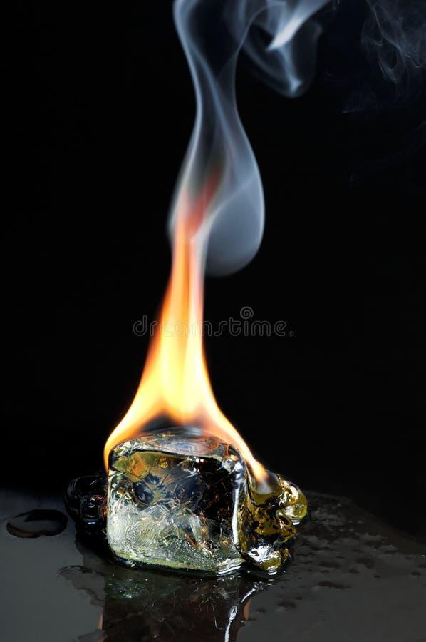 Cubo de gelo ardente fotografia de stock royalty free